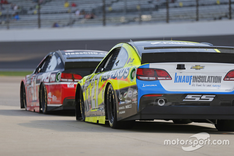 Kurt Busch, Stewart-Haas Racing Chevrolet, dan Paul Menard, Richard Childress Racing Chevrolet