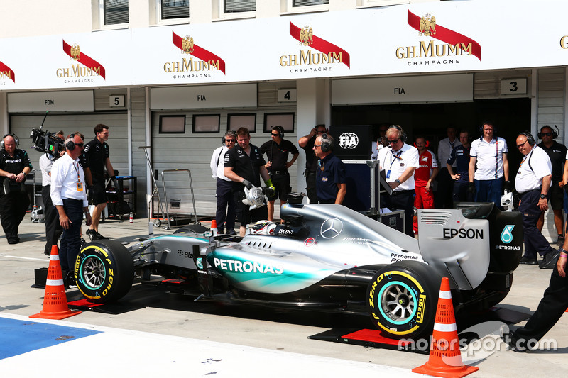 Lewis Hamilton, Mercedes AMG F1 W06 is pushed onto the weighbridge di pits