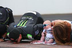 Il vincitore Kyle Busch bacia i mattoncini con la sua famiglia