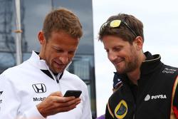 (Kiri ke Kanan): Jenson Button, McLaren dengan Romain Grosjean, Lotus F1 Team dalam parade pembalap