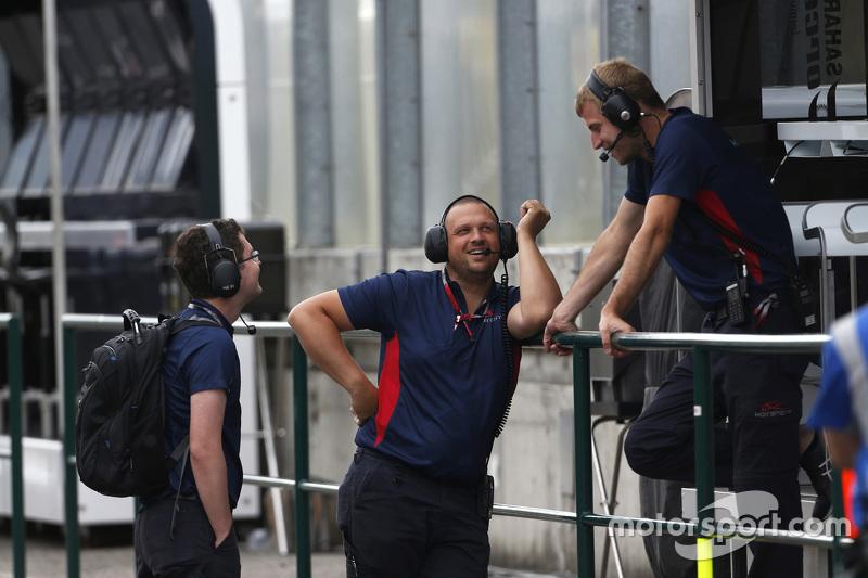 Koiranen GP team members di pit lane
