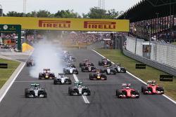 (I a D): Nico Rosberg, Mercedes AMG F1 W06; Lewis Hamilton, Mercedes AMG F1 W06; Sebastian Vettel, Ferrari SF15-T; and Kimi Raikkonen, Ferrari SF15-T al comienzo de la carrera