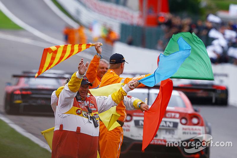 Маршали машуть прапорами після фінішу