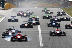 Kevin Ceccon, Arden International, locks a wheel leading Antonio Fuoco, Carlin, Jimmy Eriksson, Koiranen GP, Esteban Ocon, ART Grand Prix and the rest of the field at the start.
