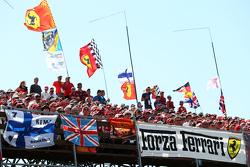 Fans dan bendera-bendera