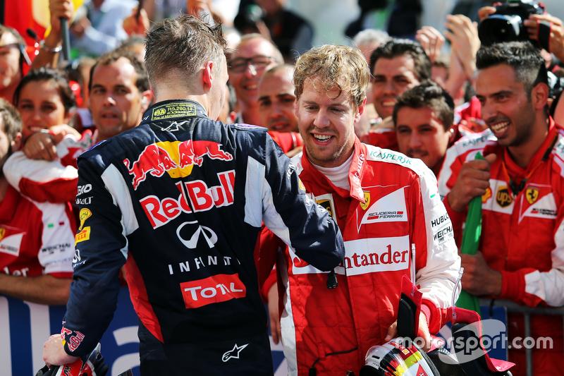(Kiri ke Kanan): Daniil Kvyat, Red Bull Racing merayakan dengan juara balapan Sebastian Vettel, Ferrari di parc ferme