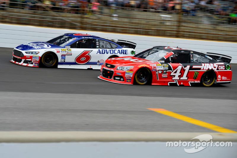 Trevor Bayne, Roush Fenway Racing Ford dan Kurt Busch, Stewart-Haas Racing Chevrolet