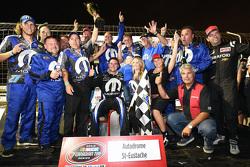 Le vainqueur Andrew Ranger fête sa victoire avec son équipe