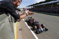 Фернандо Алонсо, McLaren Honda пересекает финишную черту