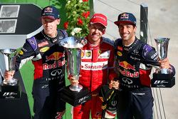Подиум: победитель гонки - Себастьян Феттель, Ferrari, второе место - Даниил Квят, Red Bull Racing,