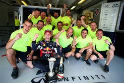 Даниил Квят, Red Bull Racing, отмечает второе место со своей командой
