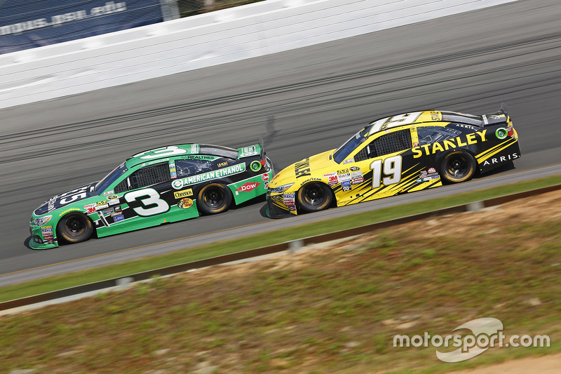 Austin Dillon, Richard Childress Racing Chevrolet dan Carl Edwards, Joe Gibbs Racing Toyota
