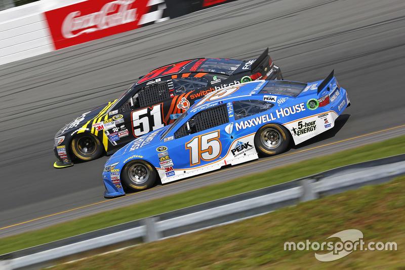 Clint Bowyer, Michael Waltrip Racing Toyota dan Justin Allgaier, HScott Motorsports Chevrolet