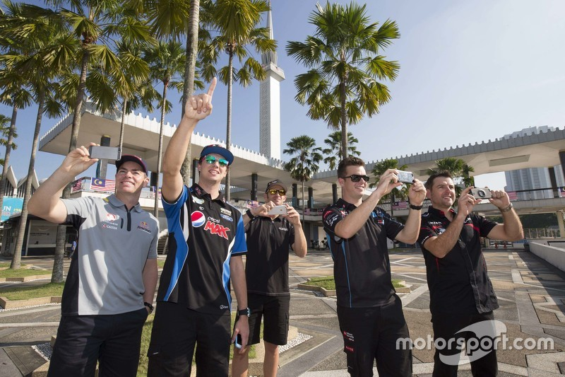 Craig Lowndes, Triple Eight Race Engineering dan Chaz Mostert, Prodrive Racing Australia dan Will Davison, Erebus Motorsport dan Scott McLaughlin, Garry Rogers Motorsport dan Todd Kelly, Nissan Motorsports take in the sights around Kuala Lumpur, Malaysia