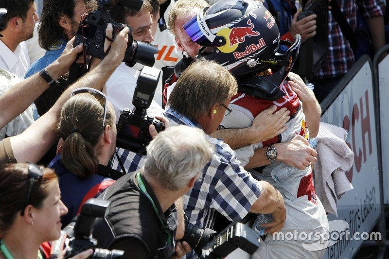 Отец Маттиаса Экстрёма выливает бутылку воды в карман комбенизона гонщика