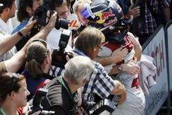 Отец Маттиаса Экстрёма выливает бутылку воды в карман комбинезона гонщика