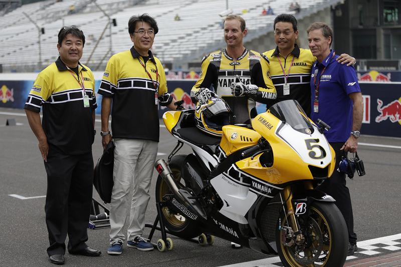 Colin Edwards mengendarai Yamaha untuk peringatan ke-60