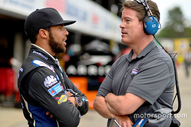 Darrell Wallace Jr., Roush Fenway Racing Ford dengan Reporter NBC, Dave Burns