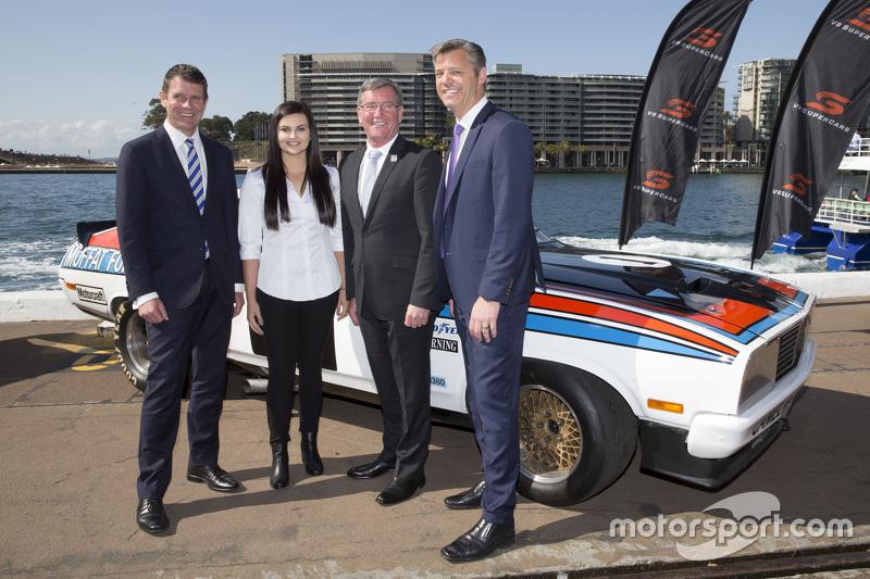 NSW Premier Mike Baird, V8 Supercars CEO Джеймс Уорбертон AndРене Грейсі
