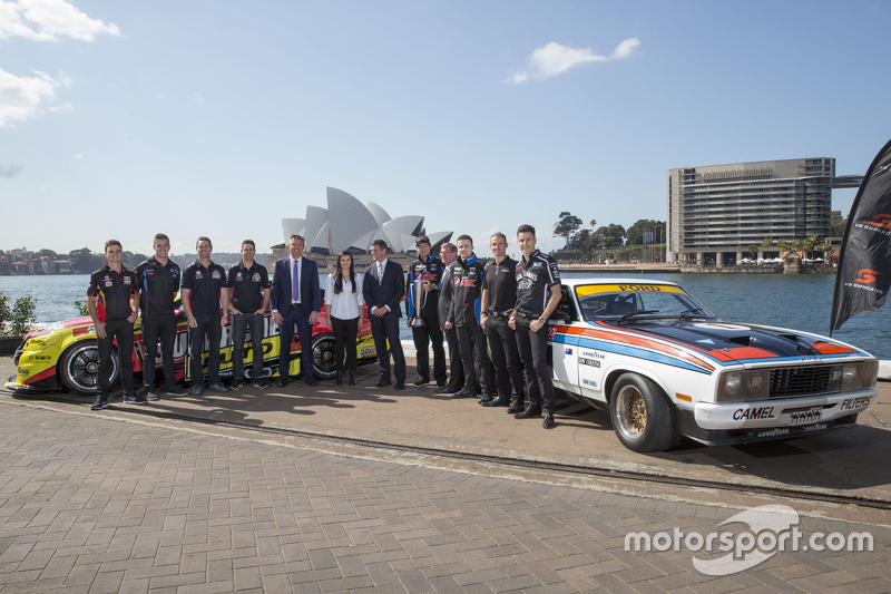 NSW Premier Mike Baird bersama the drivers of V8 Supercars