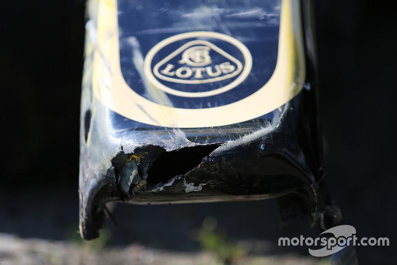 damaged Lotus F1 E23 of Pastor Maldonado, Lotus F1 Team, who crashed di first practice session