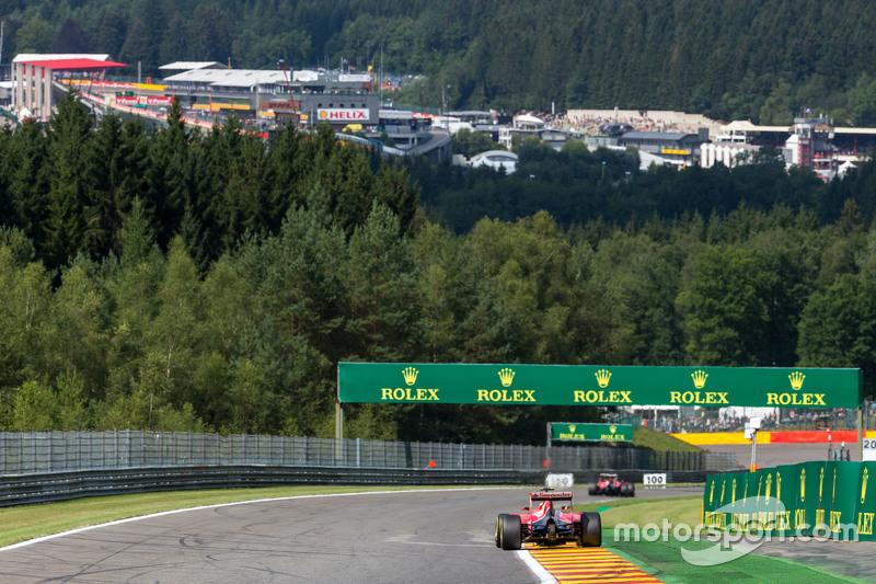 Sebastian Vettel, Ferrari SF15-T, dan team mate Kimi Raikkonen, Ferrari SF15-T