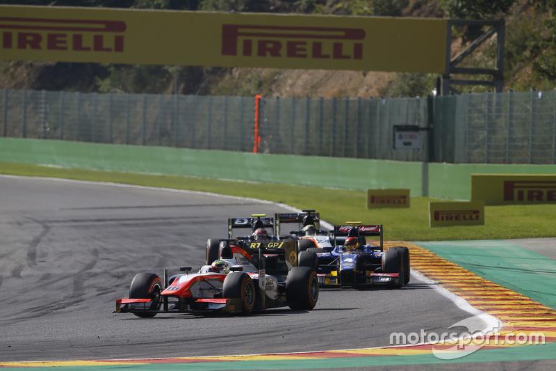 Oliver Rowland, MP Motorsport leads Sean Gelael, Carlin