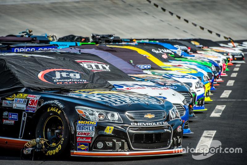 Mobil-mobil berbaris untuk balapan