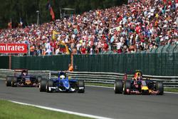 Marcus Ericsson, Sauber C34 and Daniil Kvyat, Red Bull Racing RB11 battle for position