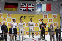 El podium: Nico Rosberg, Mercedes AMG F1, segundo; Lewis Hamilton, Mercedes AMG F1, el ganador; Roma