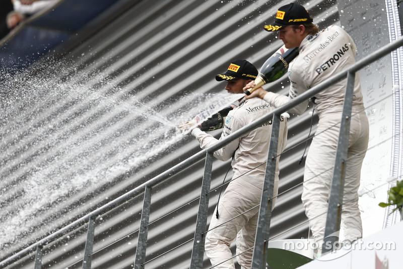 Pemenang balapan, Lewis Hamilton, dan peringkat kedua Nico Rosberg, Mercedes AMG F1 W06