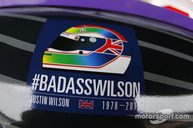 Sebuah stiker penghormatan untuk Justin Wilson