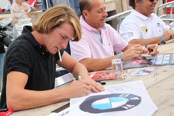 Freddie Hunt ve Roberto Moreno imza dağıtıyor