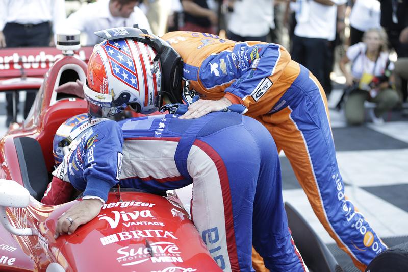 Tony Kanaan, Chip Ganassi Racing Chevrolet et Charlie Kimball, Chip Ganassi Racing Chevrolet félicitent Scott Dixon, Chip Ganassi Racing Chevrolet