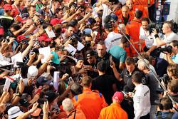 Lewis Hamilton, Mercedes AMG F1 met de fans