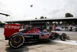 Карлос Сайнс мл., Scuderia Toro Rosso STR10 выезжает из гаража