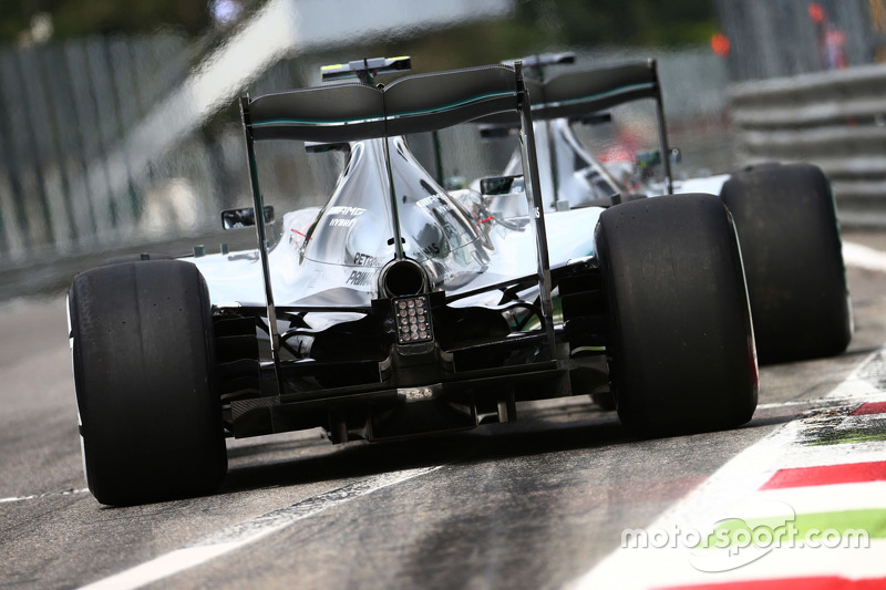 Lewis Hamilton, Mercedes AMG F1 W06 und Teamkollege Nico Rosberg, Mercedes AMG F1 W06, am Ausgang der Boxengasse