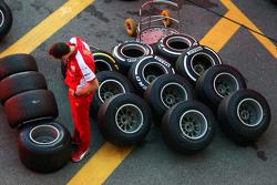 Механик Ferrari с шинами Pirelli