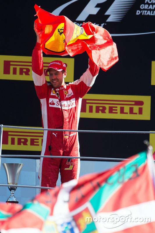 2. Sebastian Vettel, Ferrari, feiert auf dem Podium