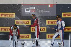 Carrera 2 Podio: segundo lugar Esteban Ocon y ganador Marvin Kirchhofer, ART Grand Prix y el tercer