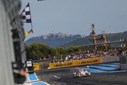 Победа: Саймон Долан, Филипе Альбукерк, Гарри Тинкнелл, Gibson 015S-Nissan команды Jota Sport