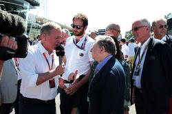 Martin Brundle, Sky Sports Comentarista con Jean Todt, presidente de la FIA en la parrilla