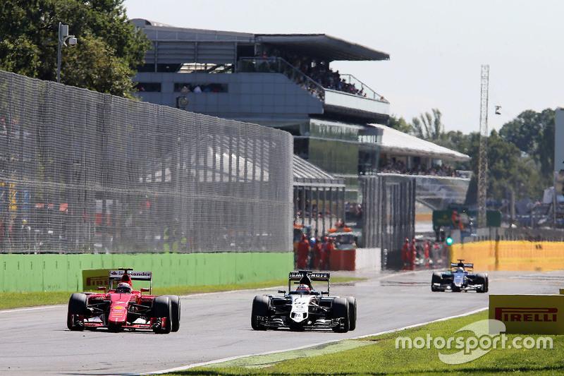 Kimi Räikkönen, Ferrari SF15-T, und Nico Hülkenberg, Sahara Force India F1 VJM08, im Zweikampf