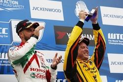 Подиум: Тьягу Монтейру, Honda, победитель и Роб Хафф, Lada, третий