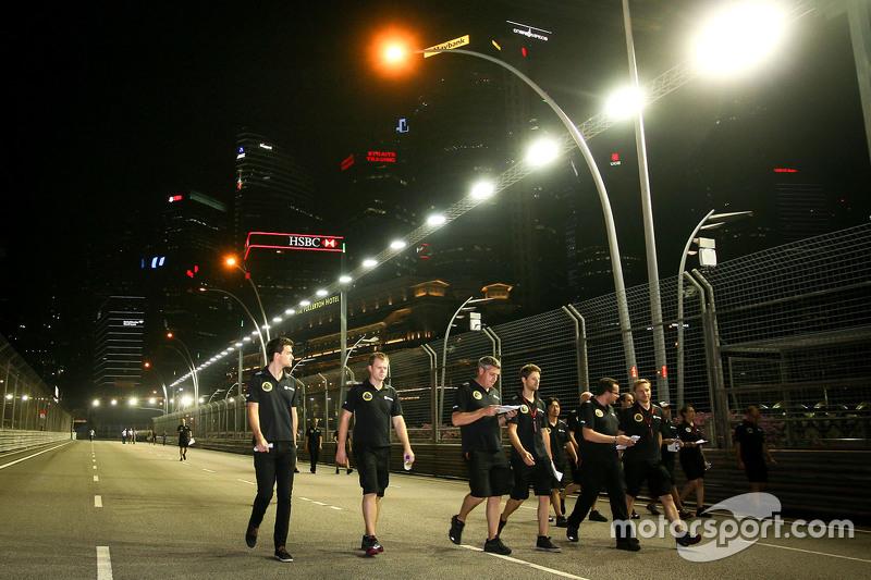 Jolyon Palmer, Lotus F1 Team, Test- und Ersatzfahrer, mit Romain Grosjean, Lotus F1 Team, beim Trackwalk
