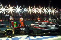 Дженсон Баттон, McLaren MP4-30 выезжает из гаража