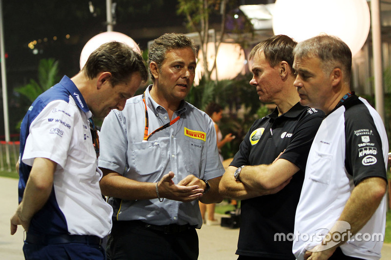 Steve Nielsen, Williams-Sportdirektor, mit Mario Isola, Pirelli-Manager; Alan Permane, Lotus F1 Team, Leiter Rennoperation