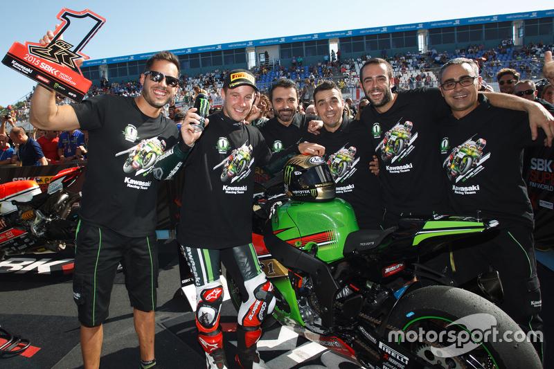 Superbike-Weltmeister 2015: Jonathan Rea, Kawasaki, feiert den Titelgewinn mit dem Team