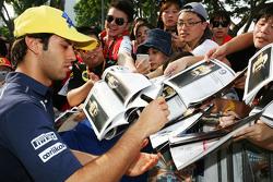 Felipe Nasr, Sauber F1 Team signeert handtekeningen voor de fans