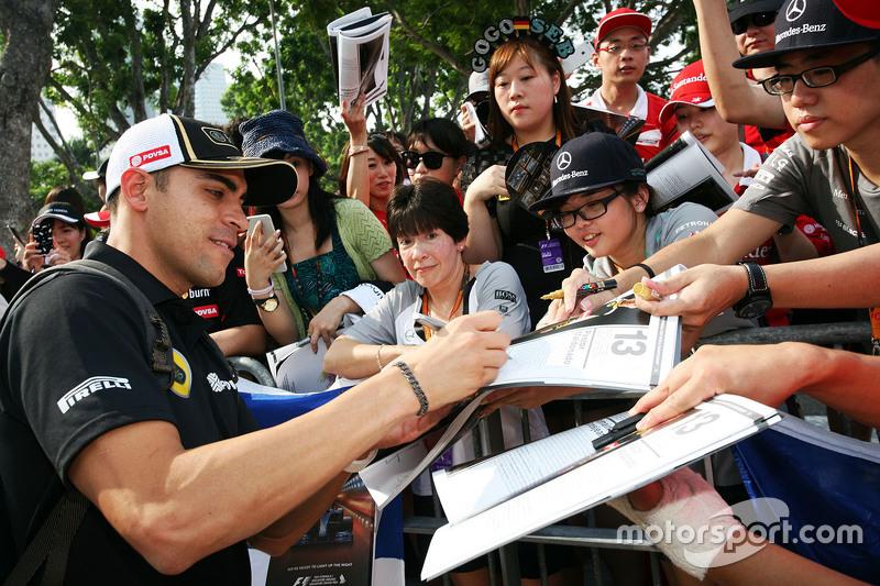 Pastor Maldonado, Lotus F1 Team, schreibt Autogramme für die Fans